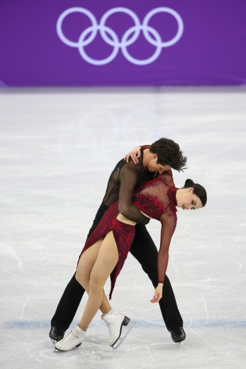Tessa Virtue & Scott Moir strike their final pose. (Photo: Greg Kolz)